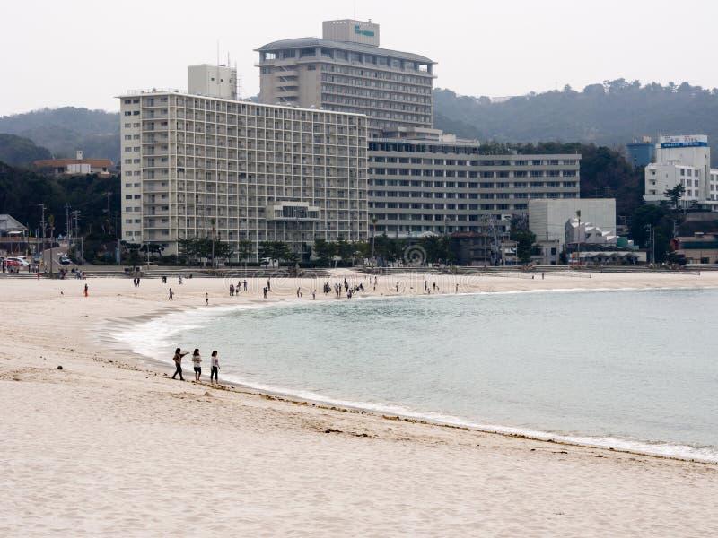 Turistas na estância de verão de Shirahama imagem de stock