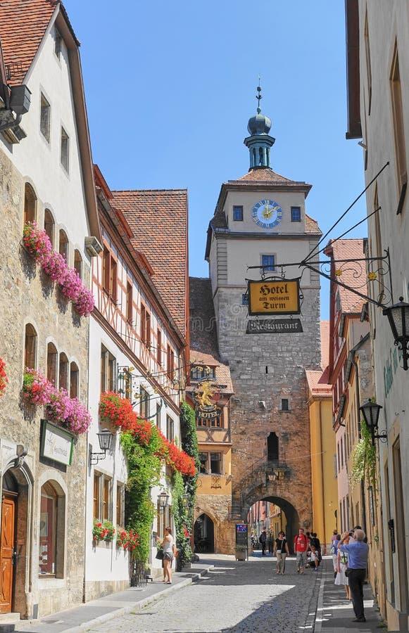 Turistas na estrada romântica que toma fotos da vila medieval imagens de stock