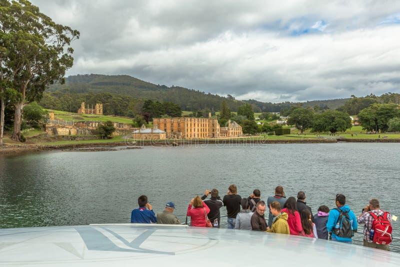 Turistas na excursão pelo barco ao Port Arthur foto de stock royalty free