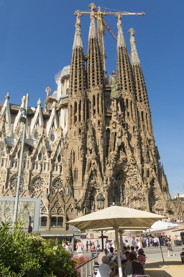 Turistas na fachada da natividade do La Sagrada Familia - o impressi imagens de stock royalty free