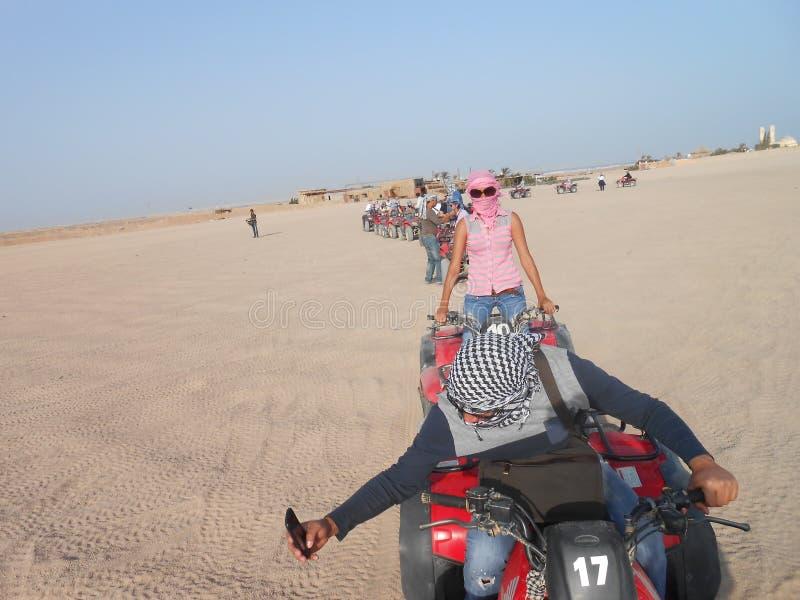 Turistas na fileira de carros com erros no deserto de Egito África para uma caminhada imagens de stock royalty free