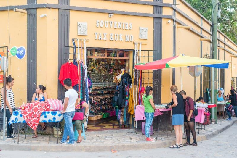 Turistas na frente da loja em Copan Ruinas, Honduras fotografia de stock royalty free