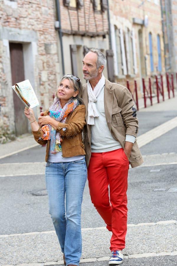 Turistas na moda que descobrem a cidade velha foto de stock royalty free