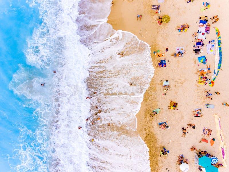 Turistas na opinião do olho do ` s do pássaro da praia fotografia de stock royalty free