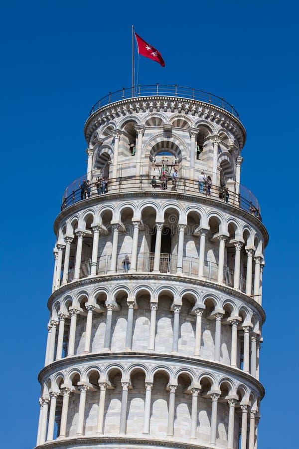 Turistas na parte superior da torre inclinada famosa de Pisa fotografia de stock royalty free
