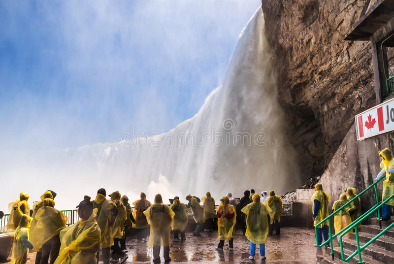 Turistas na plataforma de observação em Niagara Falls imagem de stock royalty free