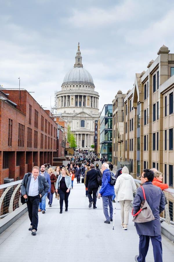 Turistas na ponte do milênio com fundo da catedral de St Paul imagens de stock