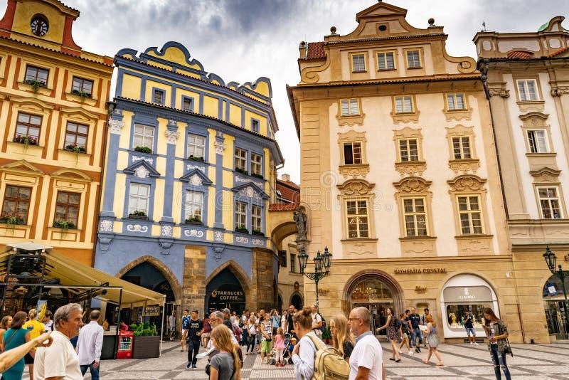 Turistas na praça da cidade velha em Praga imagens de stock royalty free