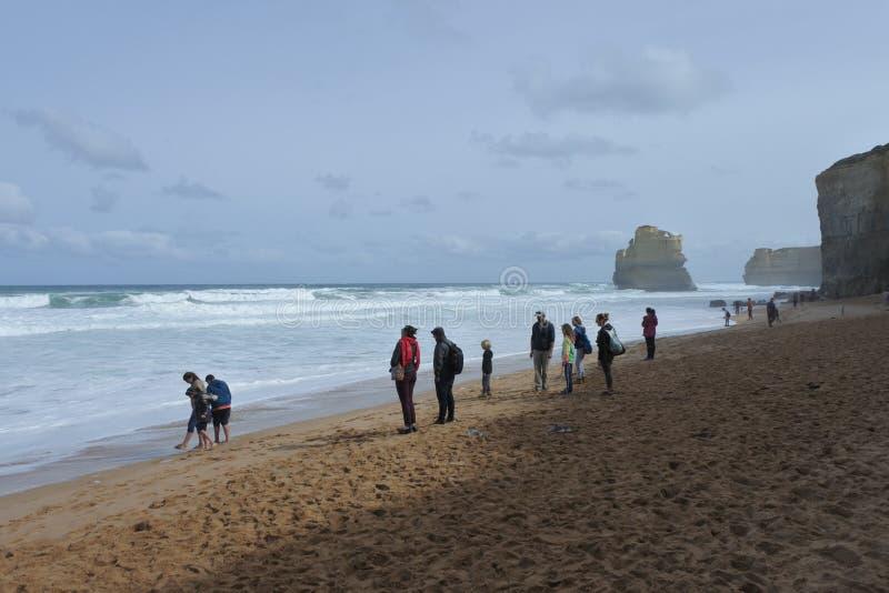 Turistas na praia de Gibson Steps em Campbell National Park em Victoria Australia fotografia de stock