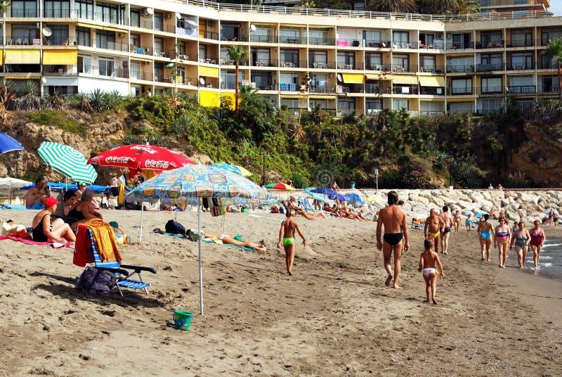 Turistas na praia de Torremolinos, Espanha imagem de stock royalty free