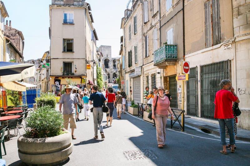 Turistas na rua e na ideia do ` Arles das arenas d imagem de stock