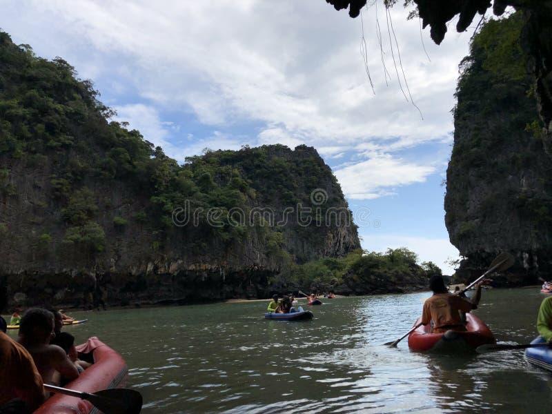 Turistas nadadores em um barco inflável entre as ilhas originais de Tailândia em novembro de 2018 em um dia claro fotografia de stock