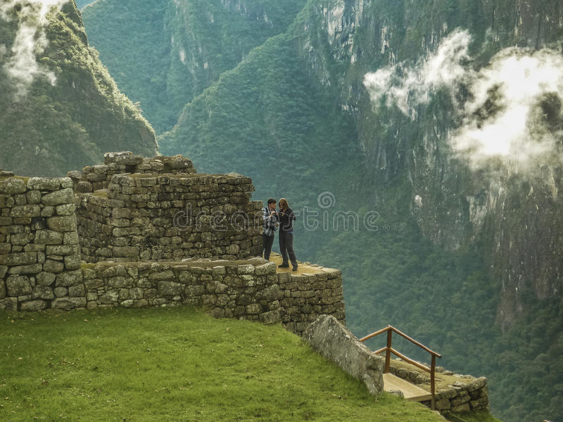 Turistas nas elevações da cidade de Mahcu Picchu fotos de stock