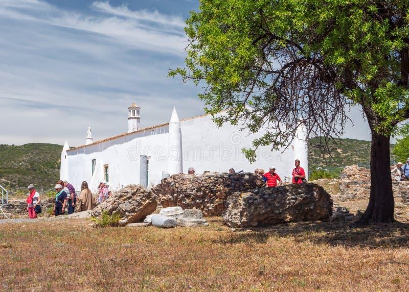 Turistas nas ruínas de Milreu, Estoi, o Algarve, Portugal foto de stock royalty free
