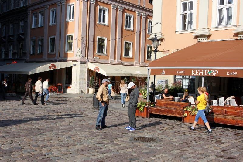 Turistas nas ruas da manhã da cidade velha fotografia de stock
