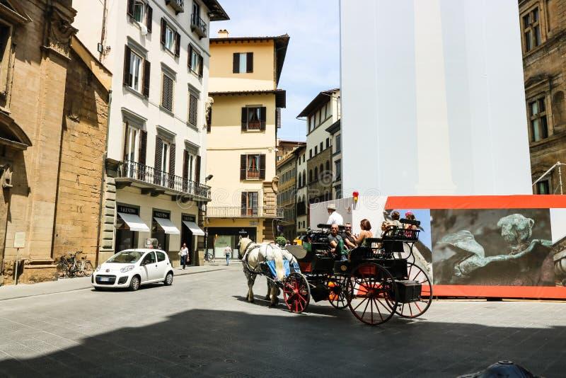 Turistas nas ruas estreitas da cidade medieval velha de Floren?a fotos de stock
