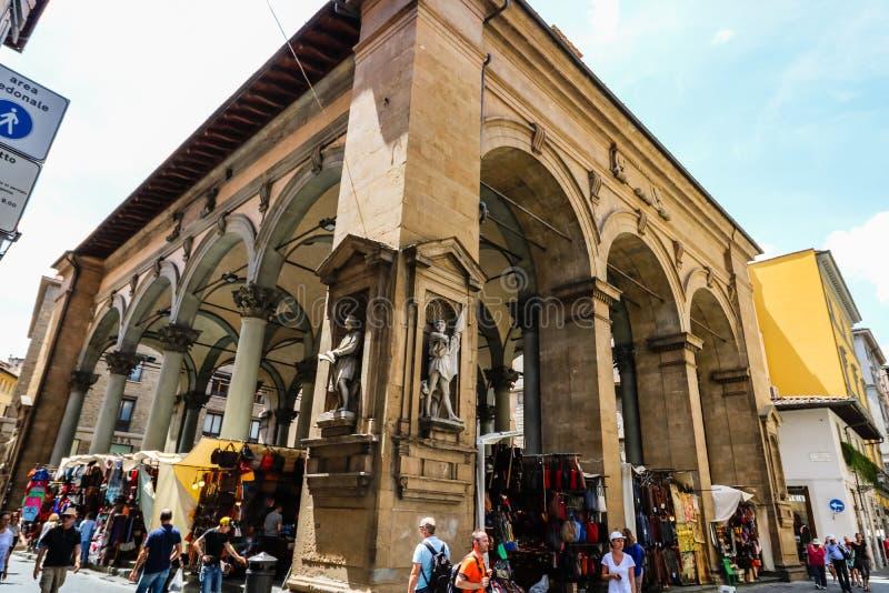 Turistas nas ruas estreitas da cidade medieval velha de Floren?a fotos de stock royalty free