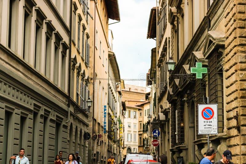Turistas nas ruas estreitas da cidade medieval velha de Floren?a imagens de stock royalty free