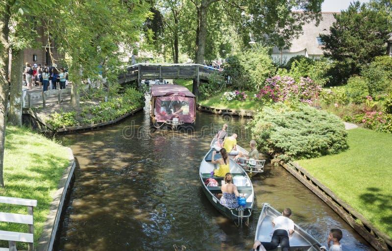 turistas no barco em Giethoorn imagem de stock