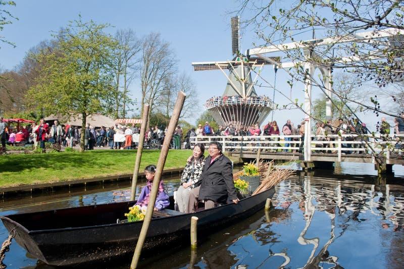 Turistas no barco em jardins de Keukenhof imagem de stock royalty free