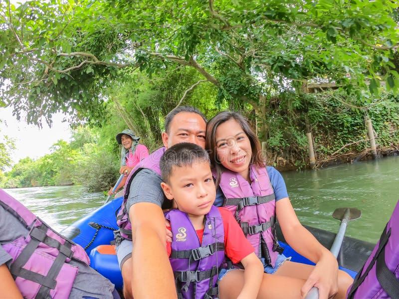 Turistas no barco inflável que flutua na água no rio o fluxo da represa de Kaeng Krachan em Phetchaburi em Tailândia junho fotografia de stock