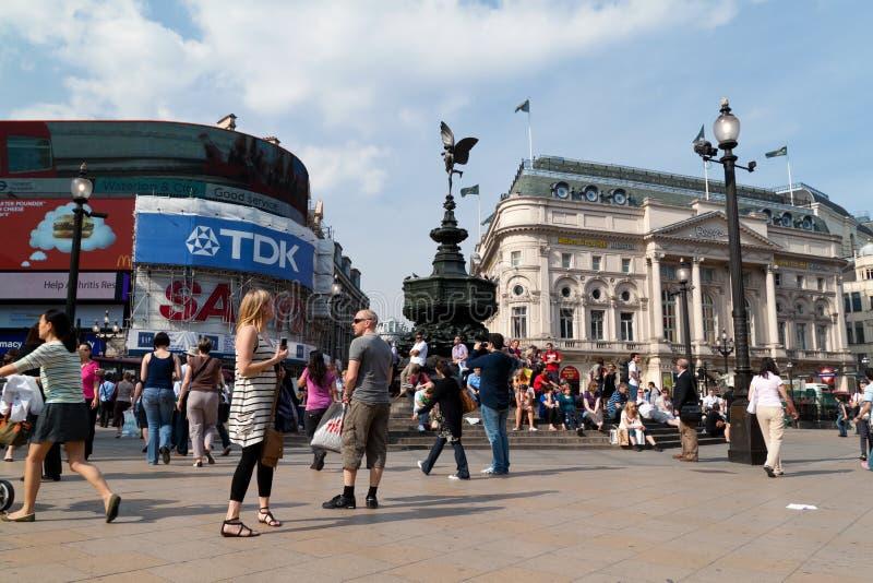 Turistas no circo de Picadilly, Londres foto de stock royalty free