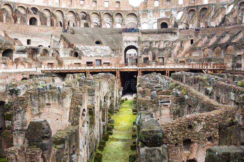 Turistas no Colosseum Este é um local do patrimônio mundial do Unesco Indicadores velhos bonitos em Roma (Italy) foto de stock royalty free