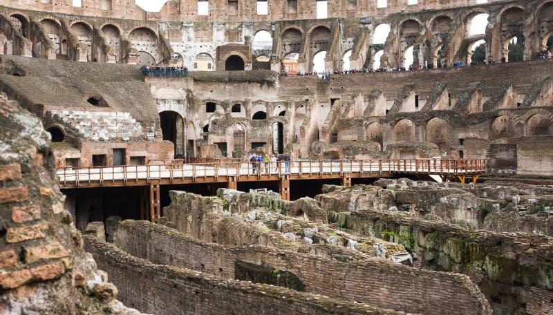 Turistas no Colosseum Este é um local do patrimônio mundial do Unesco Indicadores velhos bonitos em Roma (Italy) fotografia de stock royalty free