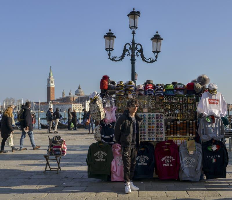 Turistas no degli Schiavoni de Riva do passeio da margem perto de San Marco com Santa Maria della Salute no fundo imagens de stock royalty free