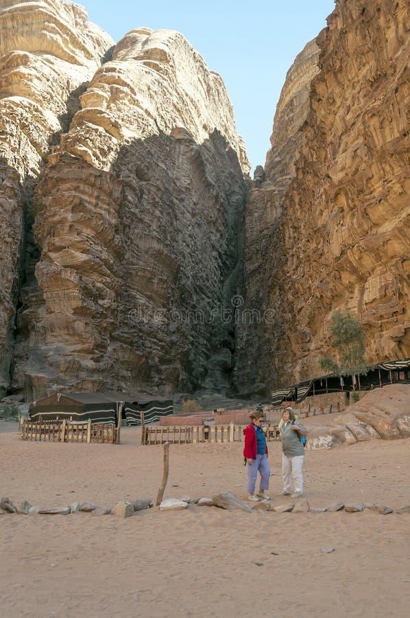 Turistas no deserto de Wadi Rum em Jordânia fotografia de stock