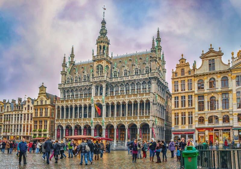 Turistas no identificados cerca ayuntamiento Bruselas foto de archivo