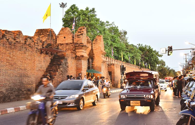Turistas no identificados en la puerta de Tha Phae imagen de archivo libre de regalías