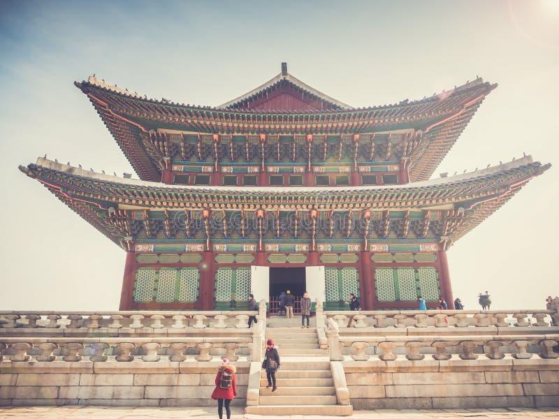 Turistas no lado do palácio de Gyeongbokgung imagem de stock