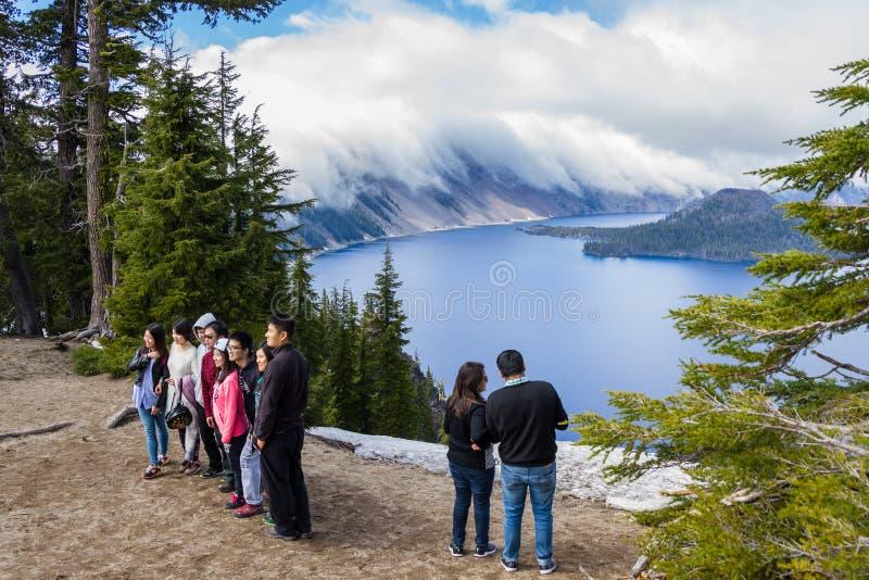 Turistas no lago crater foto de stock royalty free