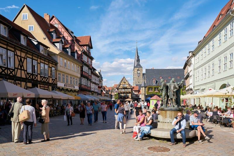 Turistas no mercado de Quedlinburg imagens de stock