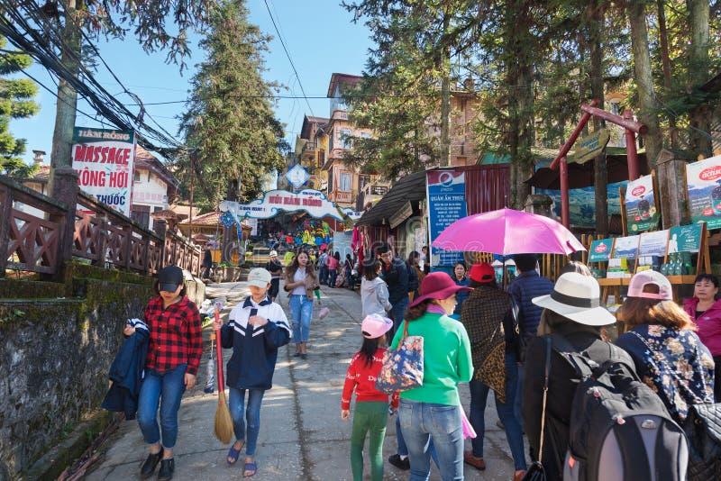 Turistas no mercado de rua local em Sapa, Vietname imagem de stock
