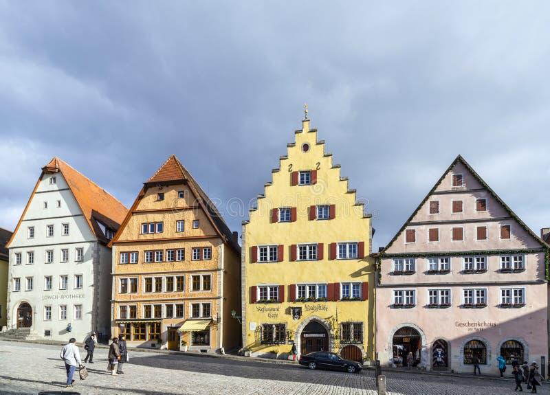 Turistas no mercado do der Tauber do ob de Rothenburg fotos de stock