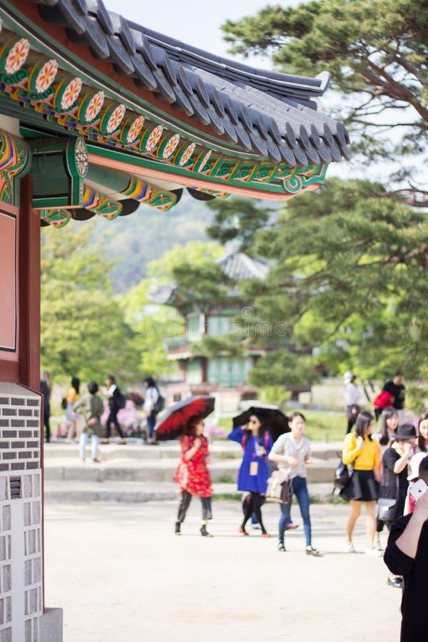 Turistas no palácio coreano, palácio na noite, Seoul de Gyeongbokgung, Coreia do Sul imagem de stock