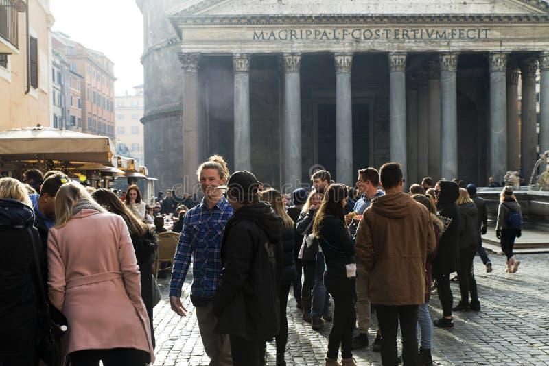 Turistas no panteão, Roma imagens de stock royalty free