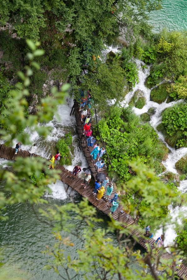 Turistas no passeio à beira mar no parque natural do lago Plitvice imagem de stock