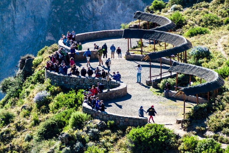 Turistas no ponto de vista de Cruz Del Condor fotografia de stock royalty free