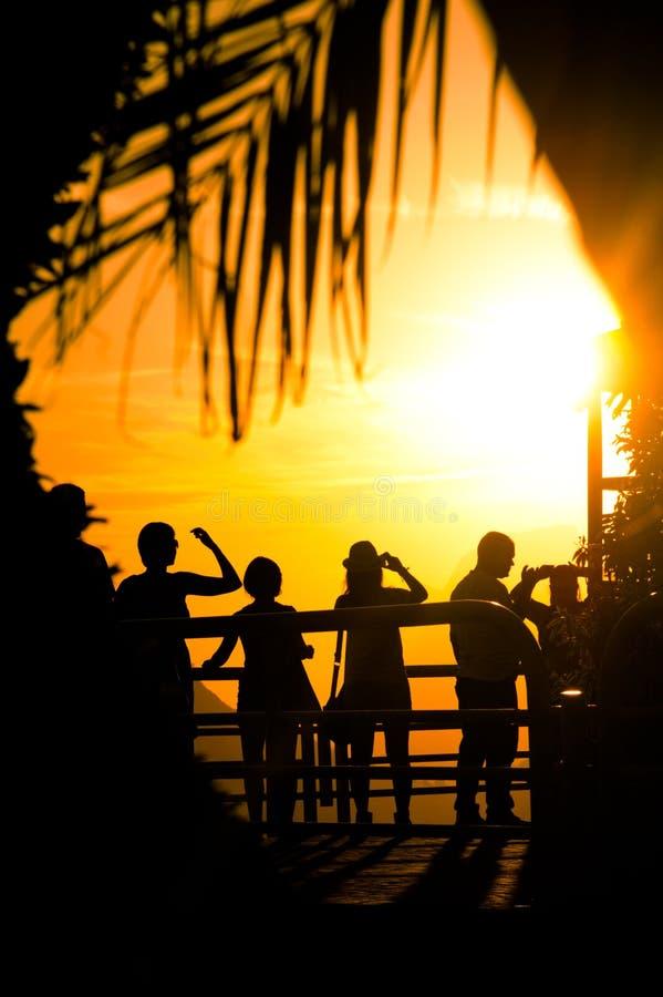 Turistas no por do sol tropical fotografia de stock