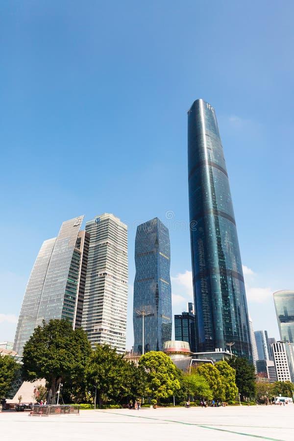 Turistas no quadrado e torres na cidade de Guangzhou imagem de stock