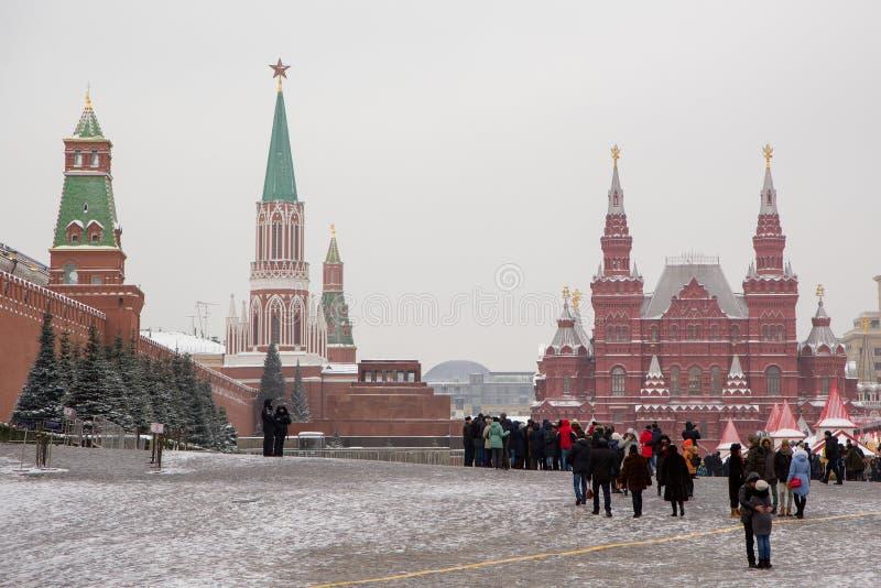 Turistas no quadrado vermelho de Moscou imagem de stock