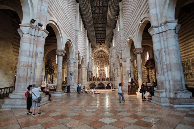 Turistas no San Zeno Maggiore Basilica Church fotografia de stock royalty free