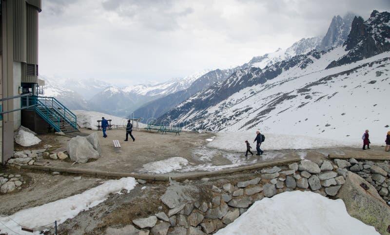 Turistas no statation do teleférico em montanhas francesas dos cumes Maciço de Mont Blanc, Aiguille du Midi Chamonix fotografia de stock