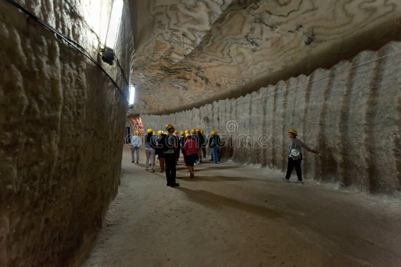 Turistas no túnel da mina de sal em Soledar, Donbas, Ucrânia fotos de stock royalty free