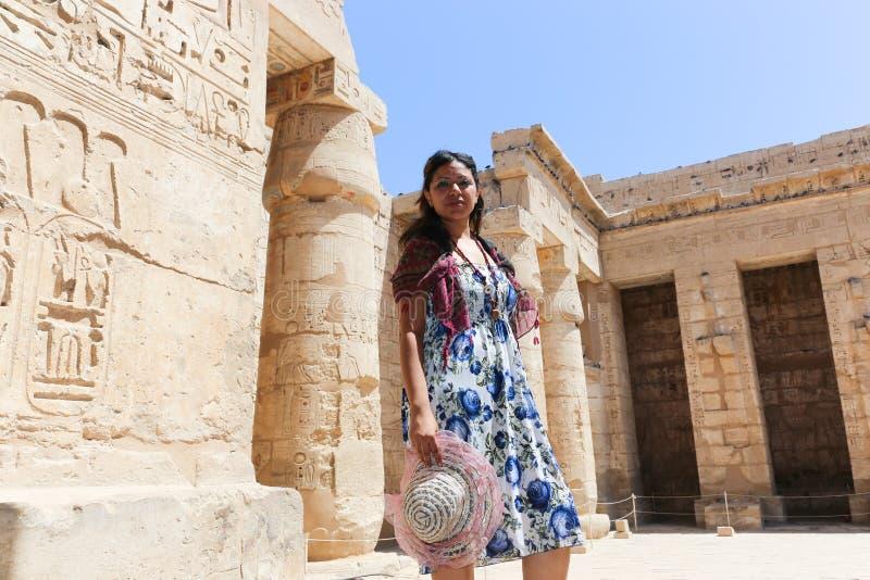 Turistas no templo de Luxor - Egito fotografia de stock