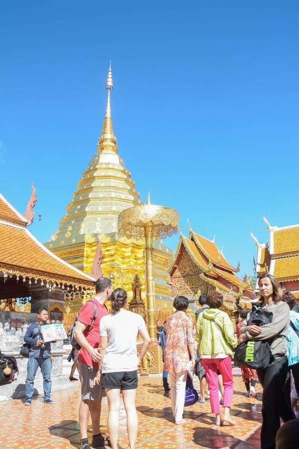 turistas no templo de Wat Phra That Doi Suthep em Chiang Mai, Tailândia imagens de stock royalty free