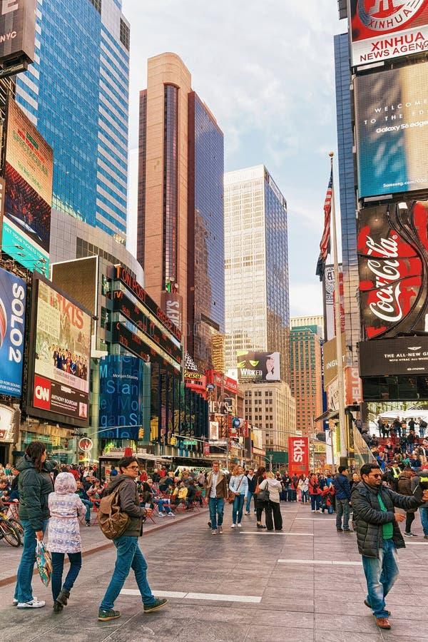 Turistas no Times Square na 7os avenida e Broadway fotos de stock royalty free